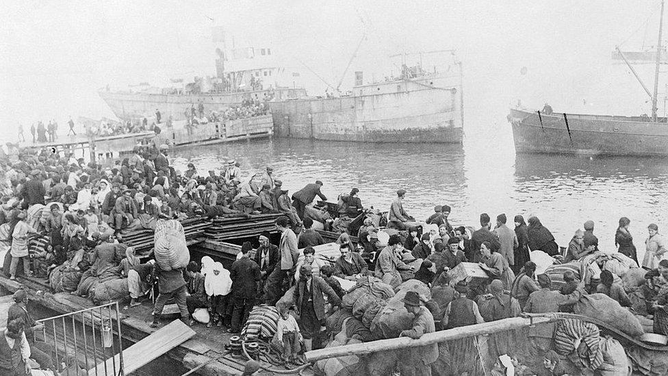 Miles de refugiados se agolparon en el muelle del paseo marítimo de Esmirna buscando refugio cuando la ciudad estaba en llamas.
