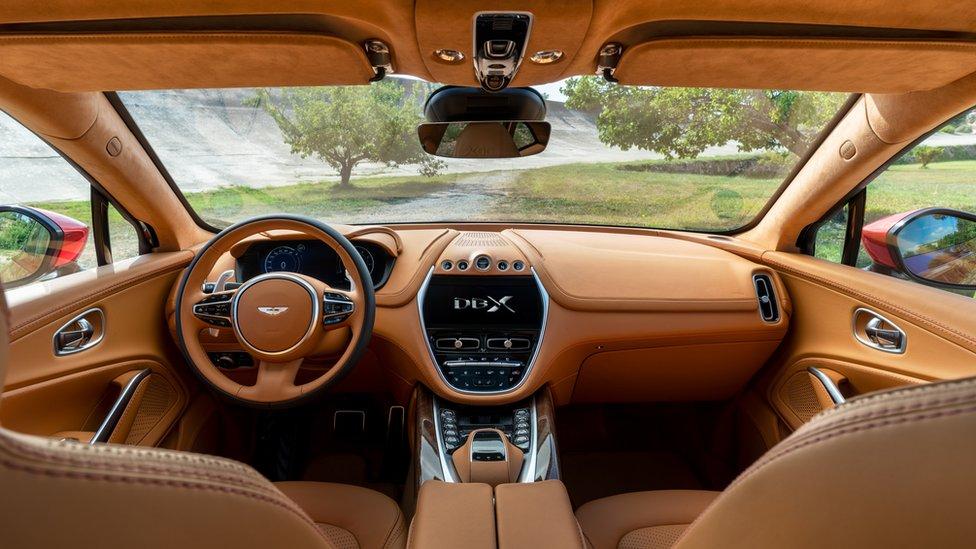 Tu mewn i'r Aston Martin DBX gyda'w llyw ar yr ochr chwith