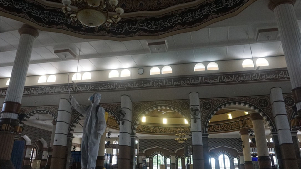 قررت بعض الدول فتح المساجد إمام المصلين في رمضان مع إجراءات وقائية مشددة.
