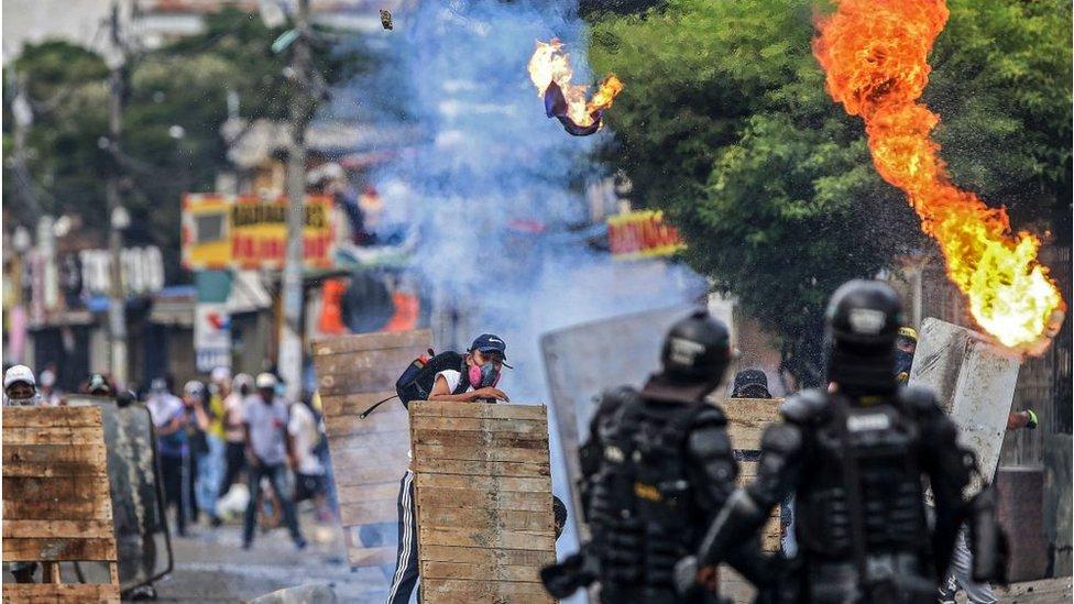 Un enfrentamiento entre policías y manifestantes en Colombia