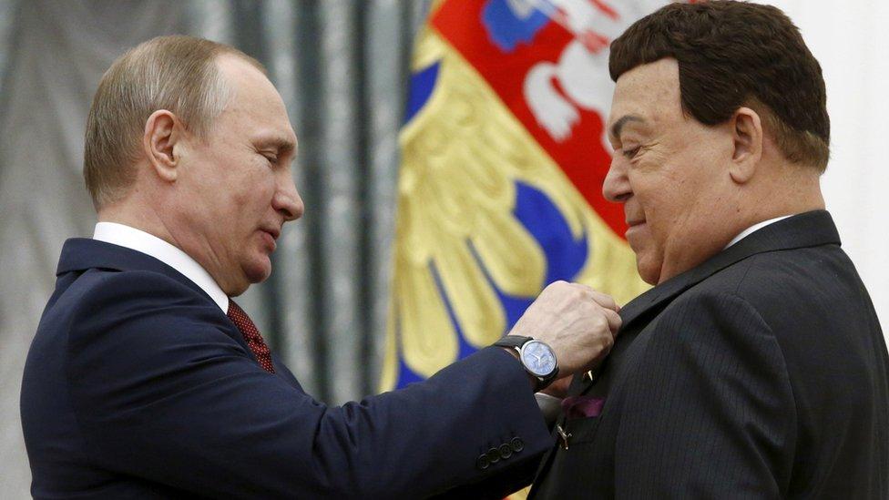 Putin stavlja orden Kobzonu