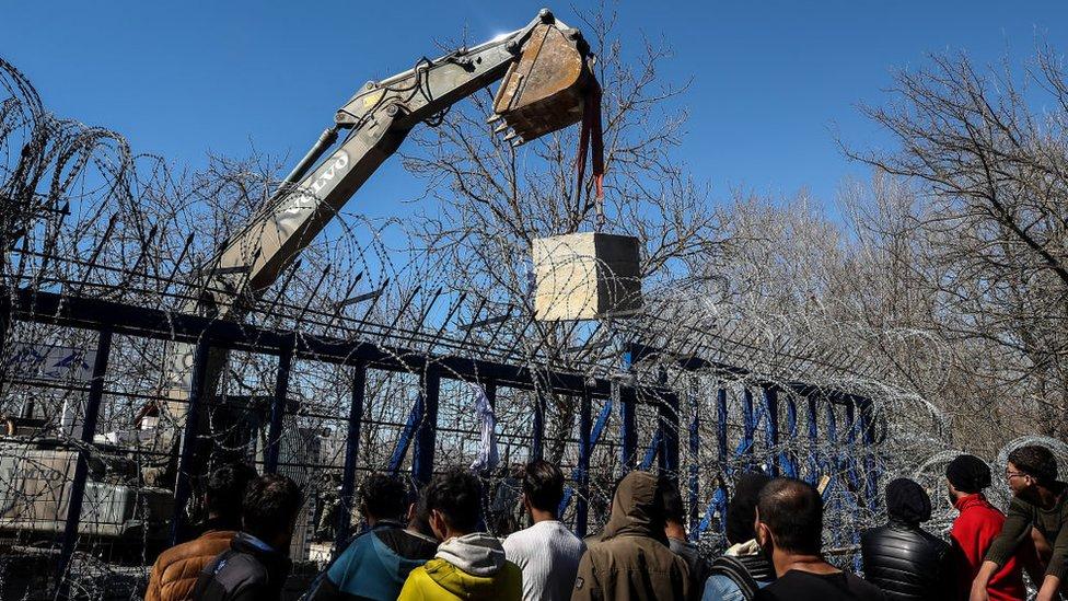 Grecia ha colocado bloques de concreto en la frontera de Kastanies para evitar el cruce de migrantes.