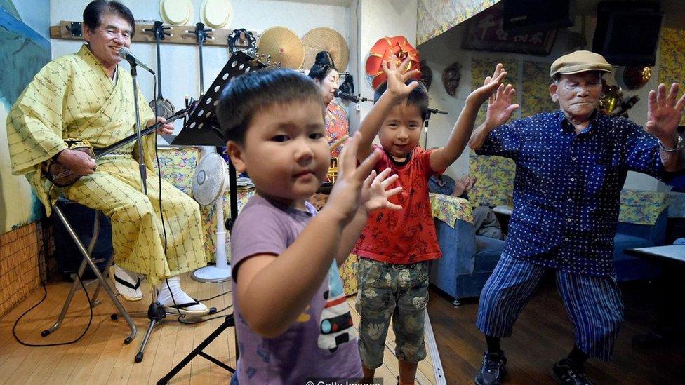Grupo musical y niños bailando