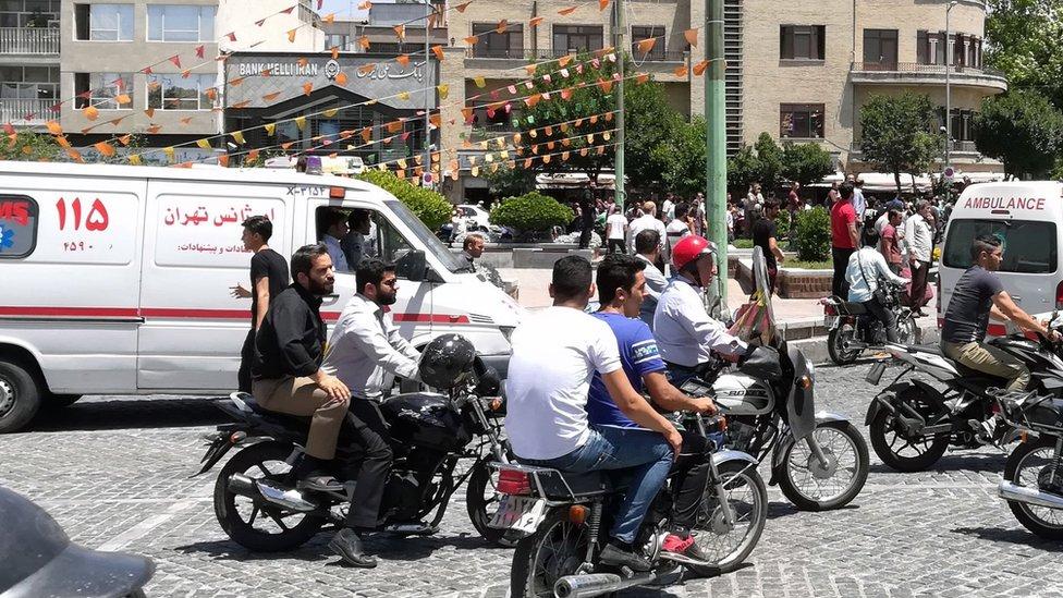 Kola hitne pomoći okružene motorima u Teheranu, Iran (7 jun 2017)