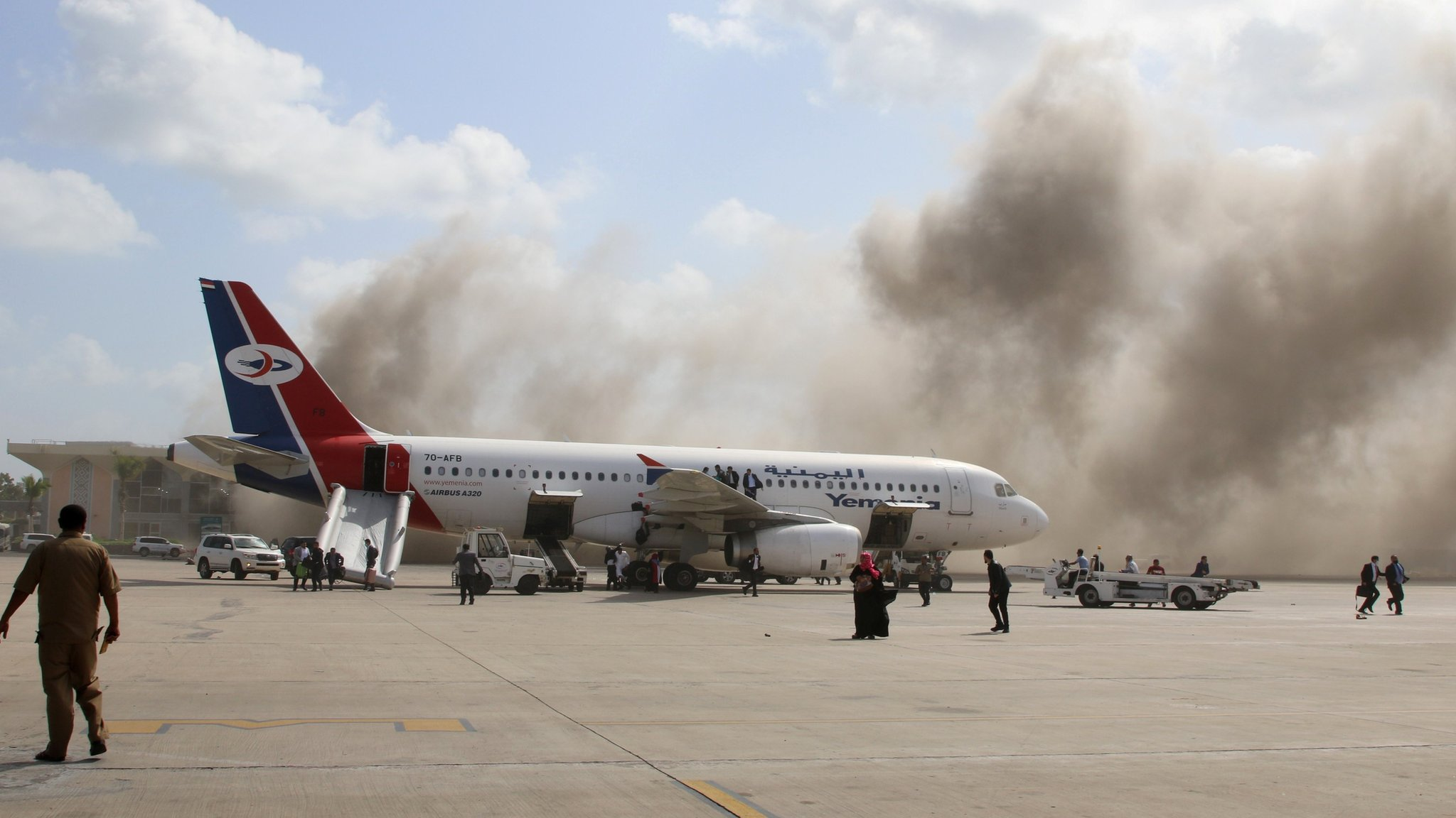 Yemen war: Deadly attack at Aden airport as new government arrives thumbnail