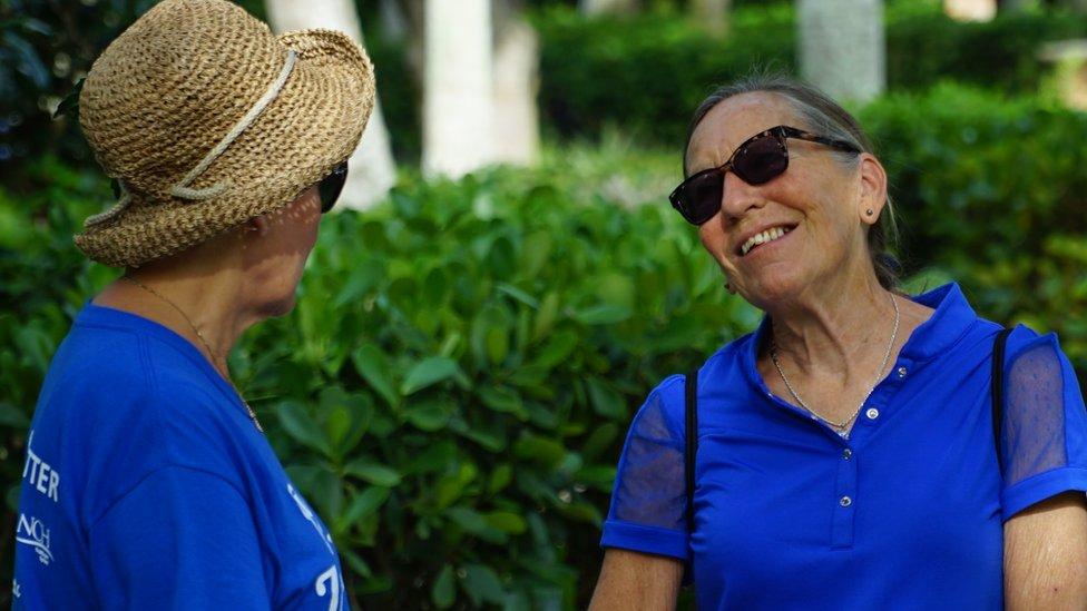 Mujer en Naples sonriendo