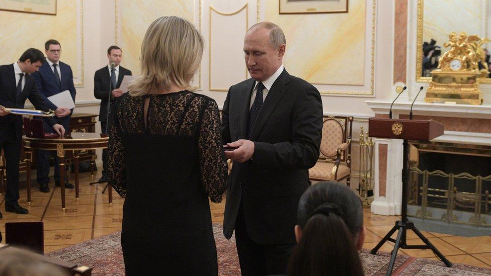 Putin ödül verirken