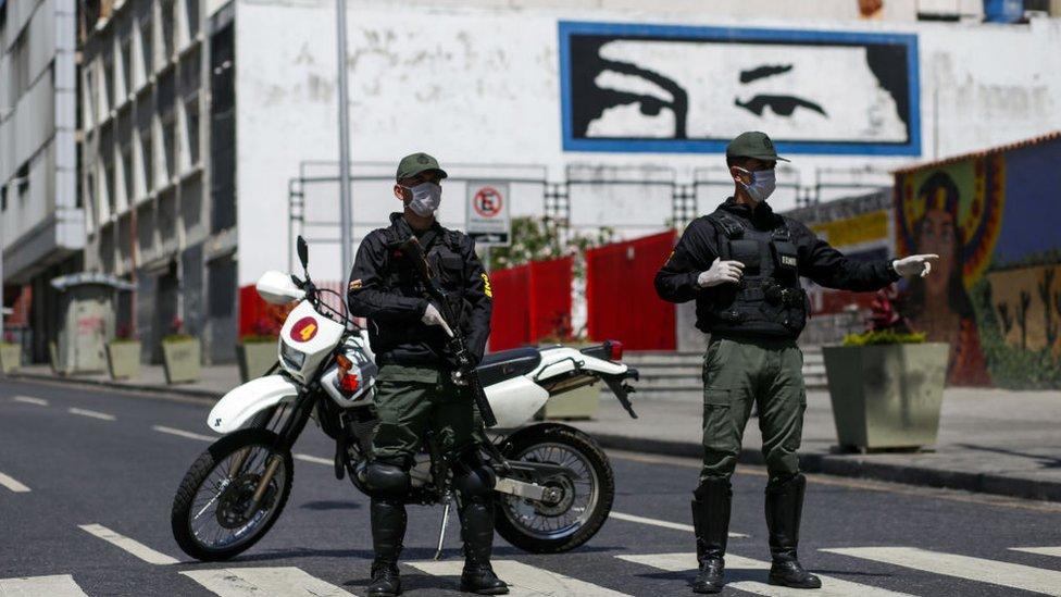 Soldados venezolanos con mascarillas
