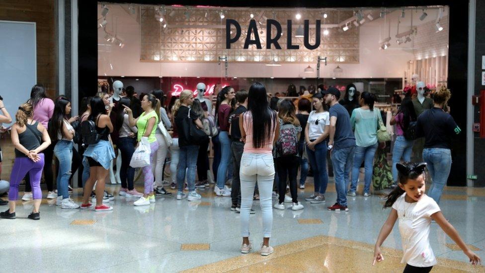 Una multitud ante un comercio en Venezuela