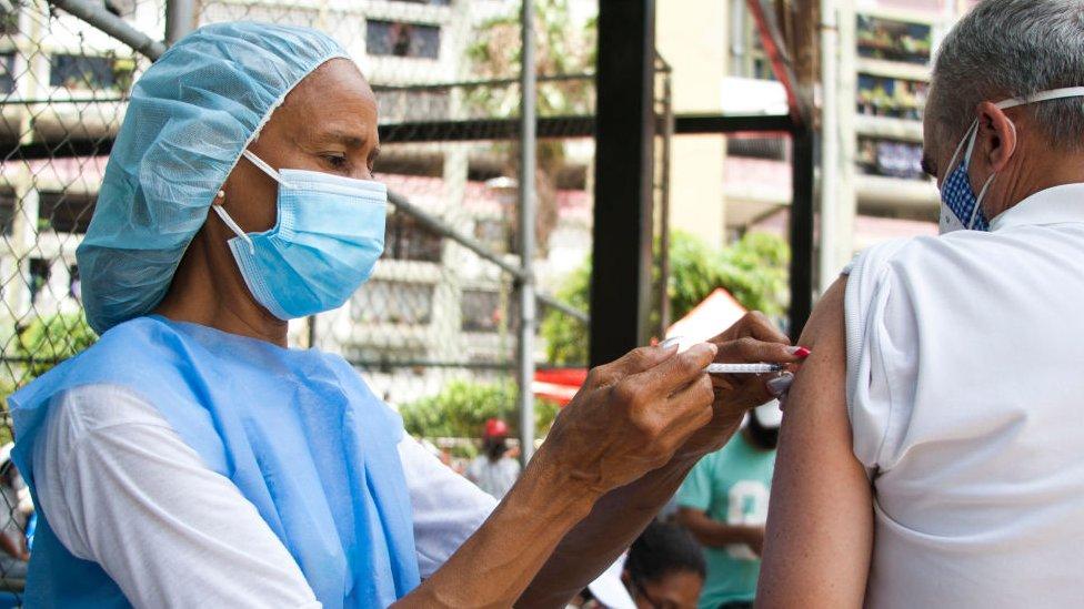 Enfermeira aplicando vacina em paciente na Venezuela