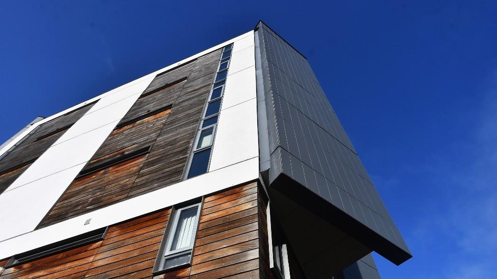 Edificio con revestimientos de madera