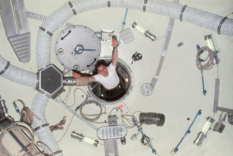Ed Gibson emergiendo de la esclusa de aire
