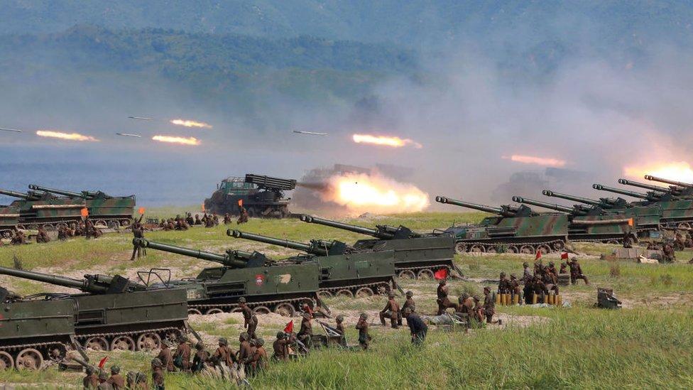 Tanques de guerra disparando