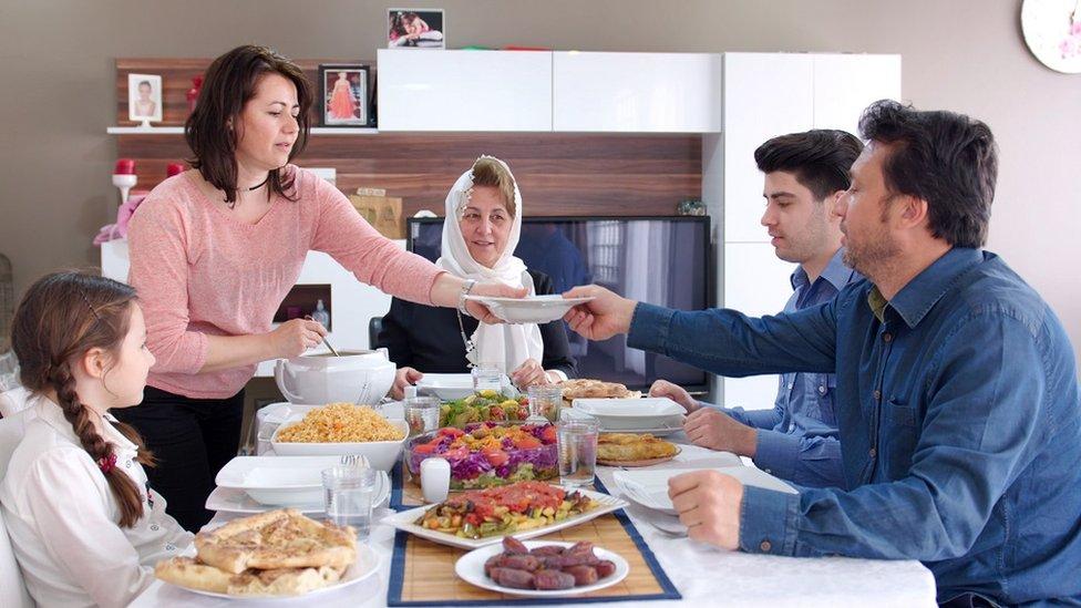 Familia cenando junta