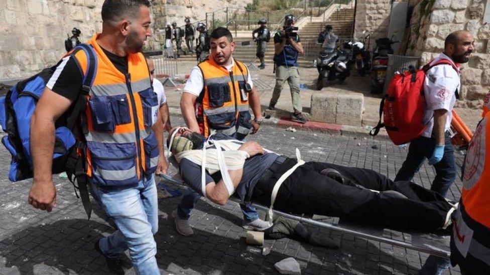 Un palestino trasladado en camilla en la Ciudad Vieja de Jerusalén.