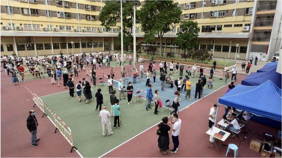 香港居民在臨時檢測中心排隊接受新冠病毒檢測。