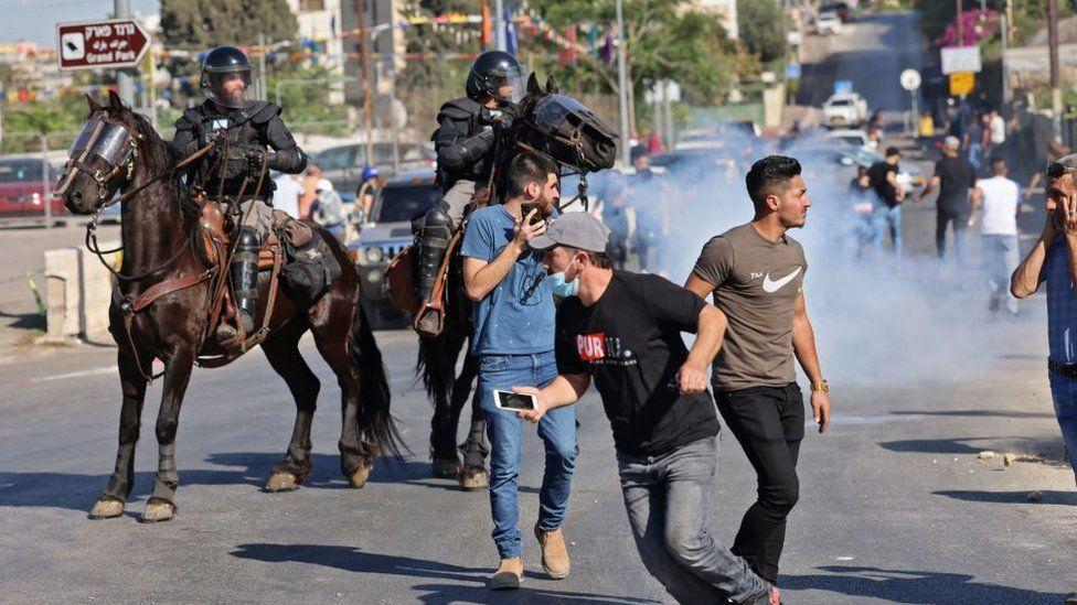 مواجهات بين الفلسطينيين والشرطة الإسرائيلية في حي الشيخ جراح.