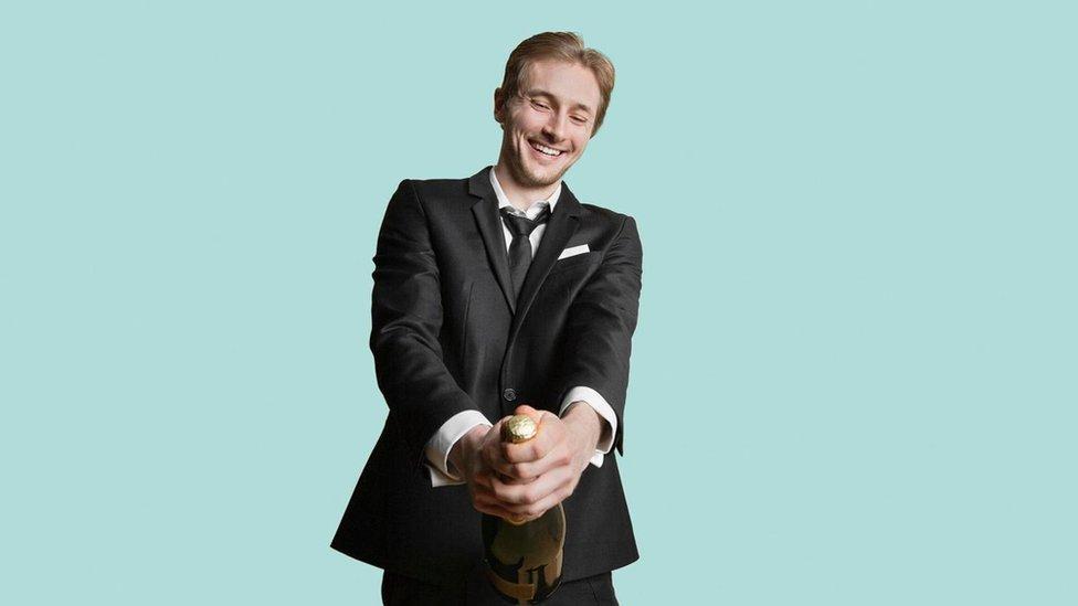 Hombre con botella de champagne.