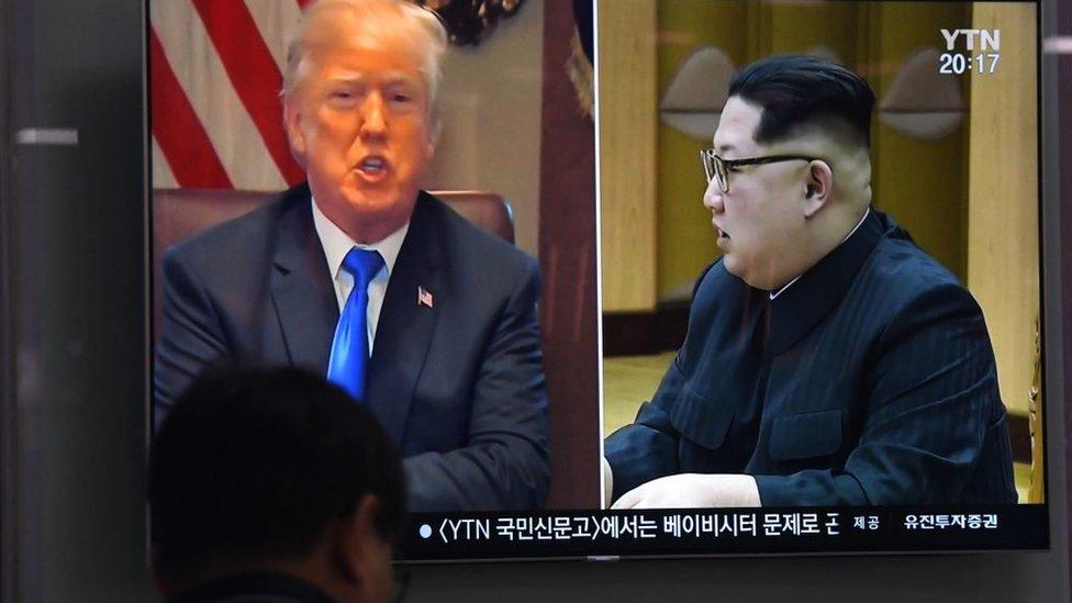 Una televisora de Corea del Sur muestra imágenes de Trump y de Kim Jong-un