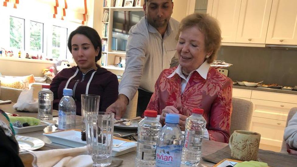 La princesa Latifa fotografiada con Mary Robinson en diciembre de 2018.
