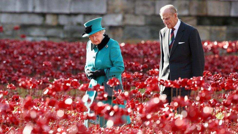 La reina y el príncipe Felipe en la instalación de amapolas de la Torre de Londres, noviembre de 2014.