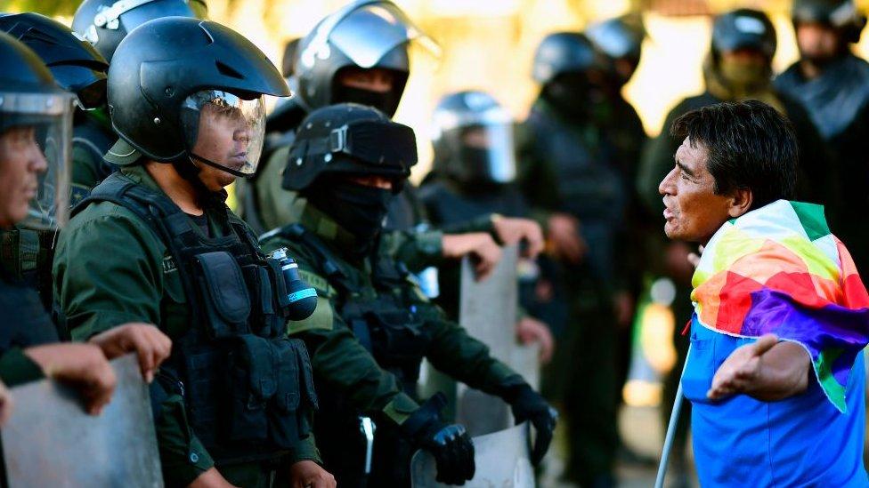 Un simpatizante de Evo Morales confronta a policías