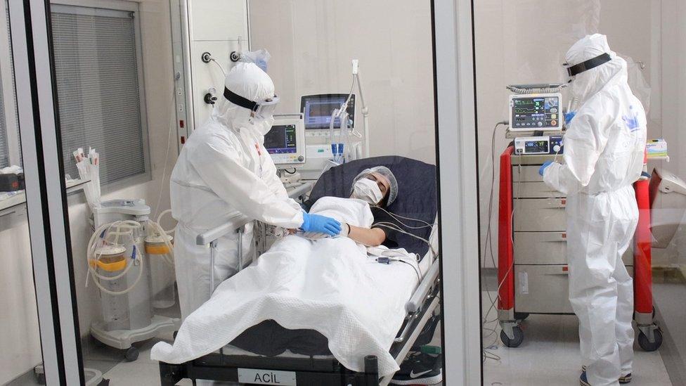 طبيبان يعالجان مريضة في مستشفى الطبيب إلهان واراناق