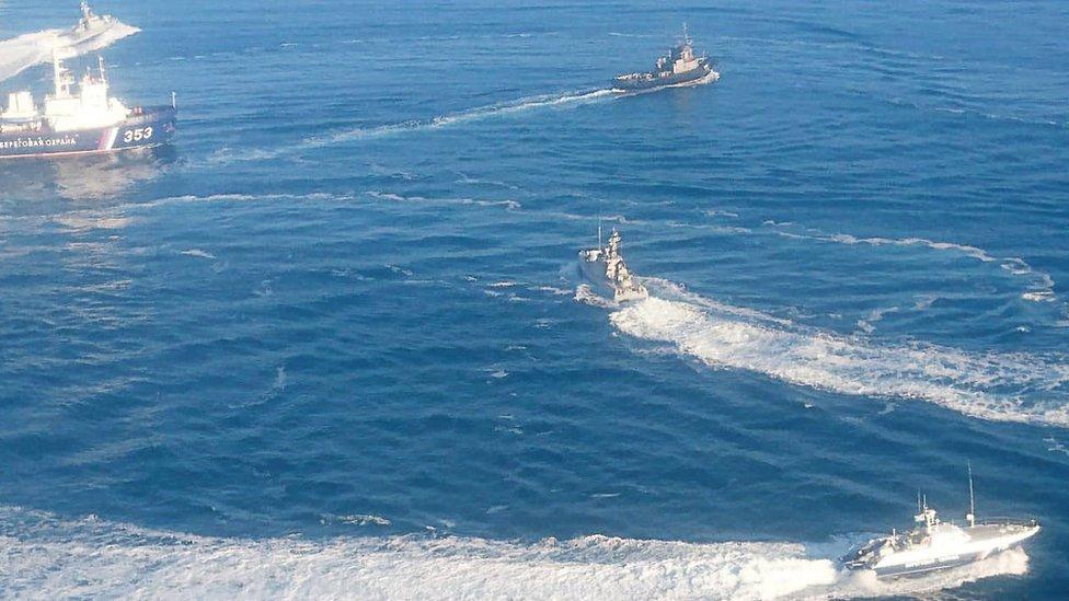 سفن حربية روسية تطوق سفنا أوكرانية