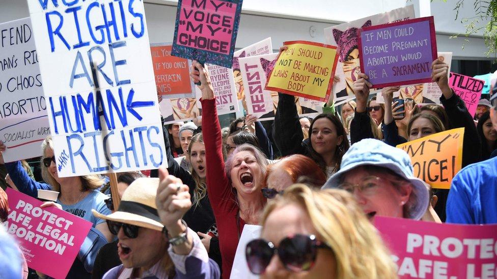 California eyaletinin West Hollywood şehrinde de kürtaj yanlıları sokağa döküldü