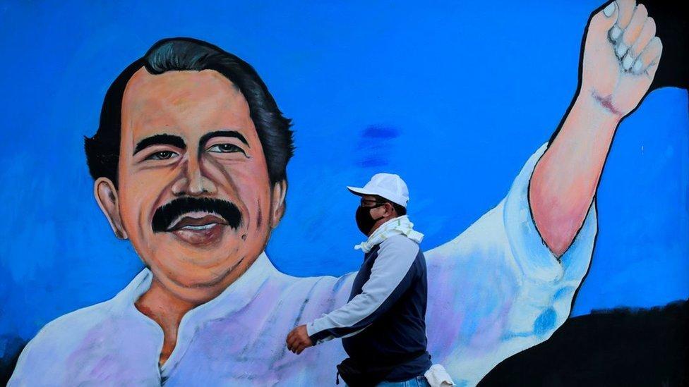 Un hombre pasea ante un mural de Daniel Ortega en Managua