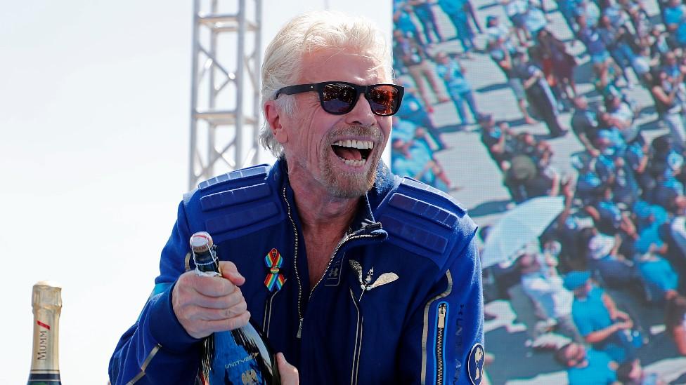 Richard Branson celebra con champagne luego de llegar al borde del espacio