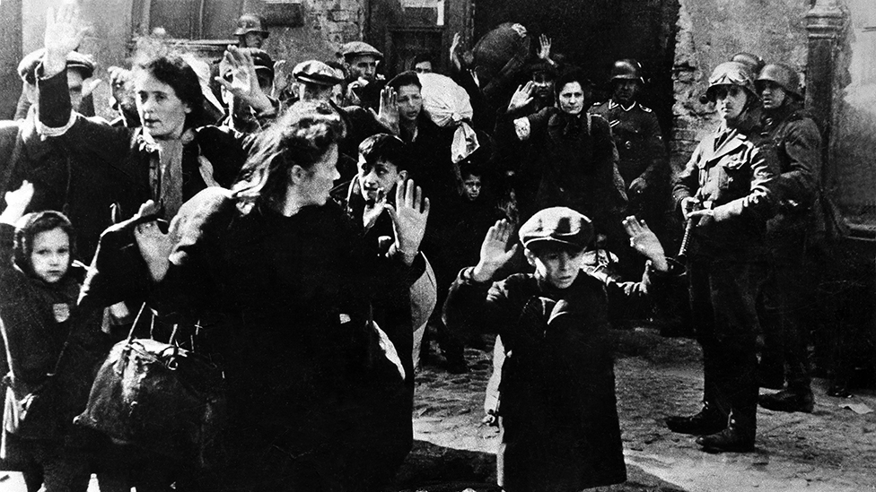 Niños, mujeres y hombres de la comunidad judía son arrestados en Polonia