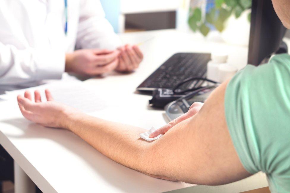 muškarac na testu krvi