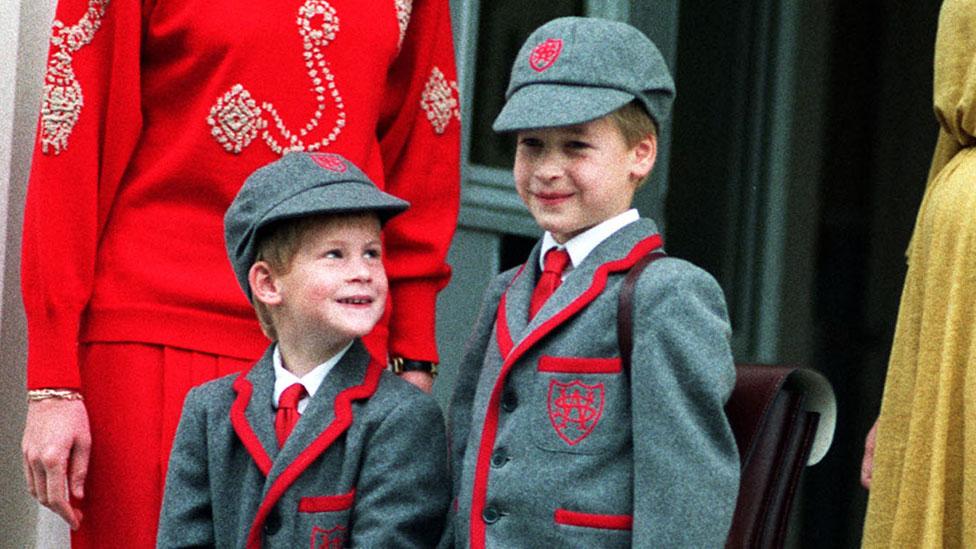 Harry, de 5 años, en su primer día en la escuela Wetherby, con su hermano, el príncipe William.