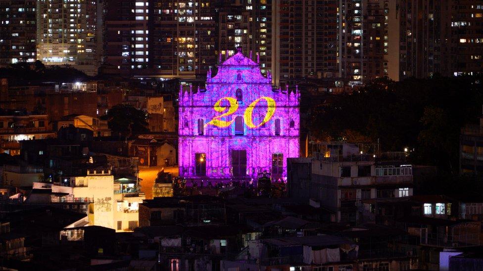 El número 20 proyectado en las ruinas de la catedral de San Pablo.