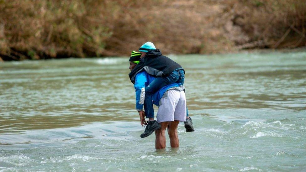 Svakog dana porodice migranata prelaze reku Rio Grande sa decom,