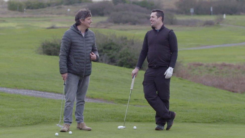 Iwan John a Steffan Rhys Williams yn chwarae golff