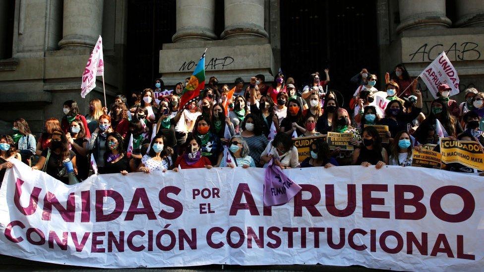 """Mujeres hacen campaña por el """"apruebo"""" a una nueva Carta Magna."""