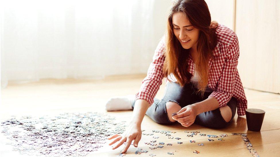 Mujer armando un puzzle