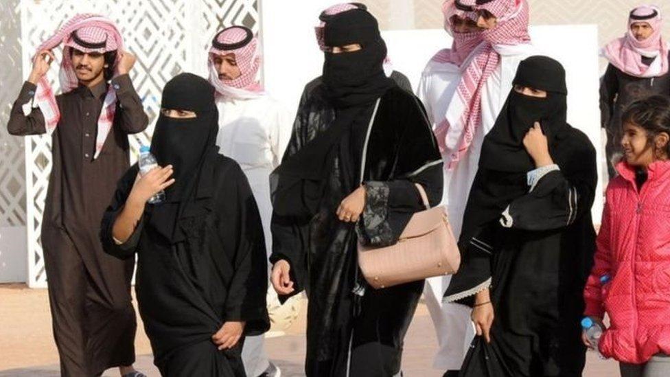 المرأة السعودية يتعين عليها ارتداء العباءة في الأماكن العامة بموجب القانون