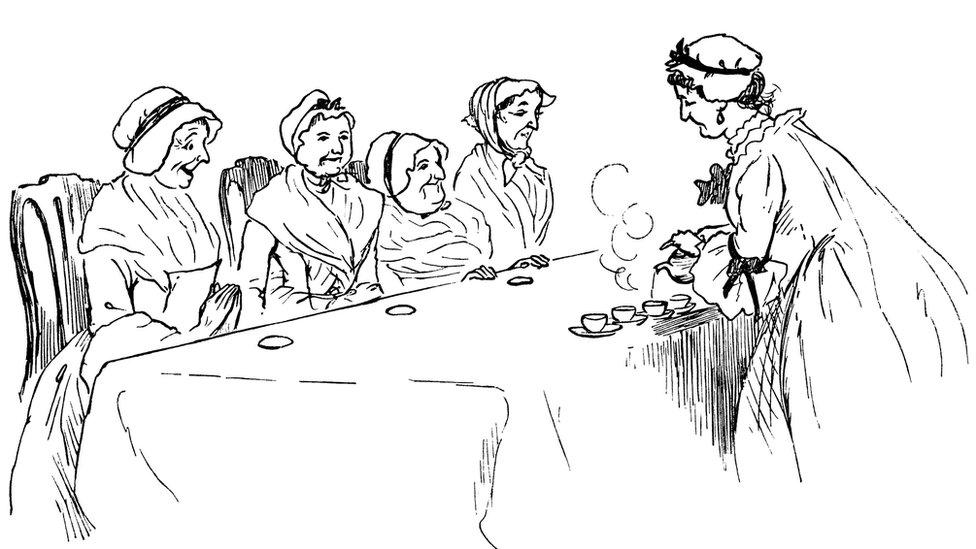 Mujeres mayores en una mesa mientras les sirven té