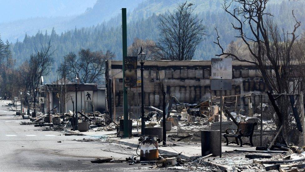 Calle de Lytton, en Canadá, donde se ven los estragos del fuego