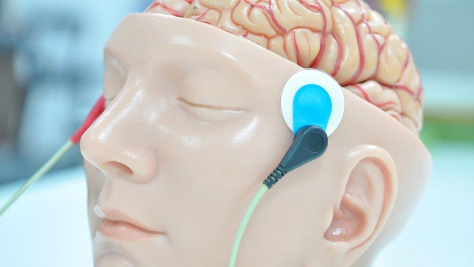 Elektrotlar bağlanan bir beyin.