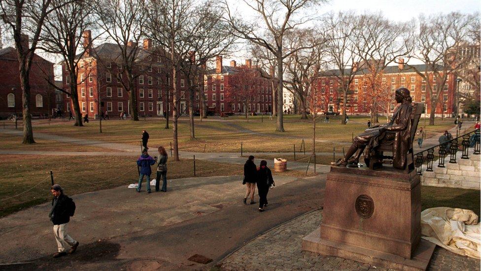Estatua de John Harvard en el campus de la universidad.
