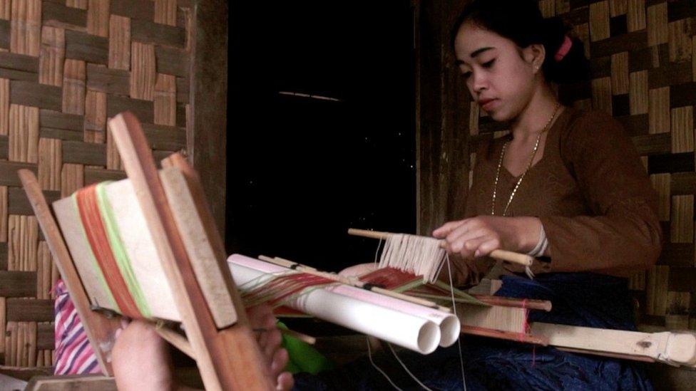 Perempuan Baduy Dalam menenun.
