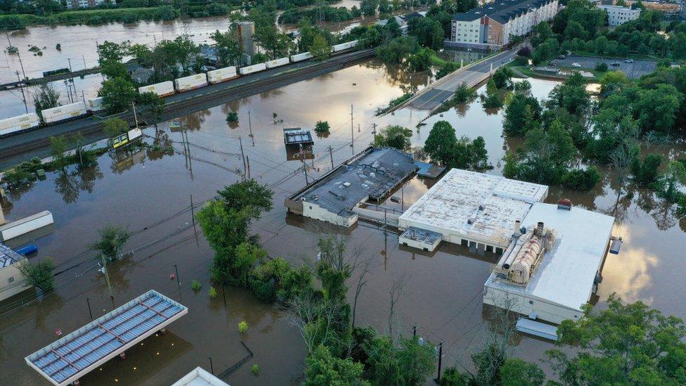 آثار الدمار الناجمة عن الفيضانات