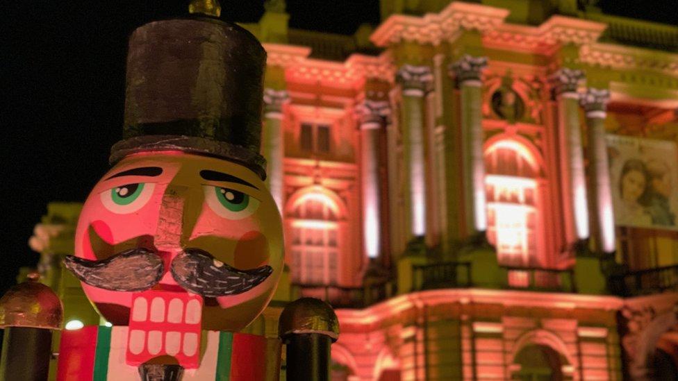 """Simpatični """"brka"""" se smeje, a u pozadini se vidi zgrada Hrvatskog narodnog kazališta"""