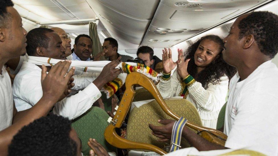Pasajeros del vuelo de Ethiopian Airlines celebrando el poder visitar Eritrea por primera vez en 20 años.
