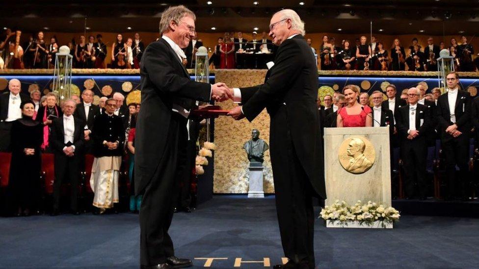 Peter Ratcliffe en la ceremonia del Nobel