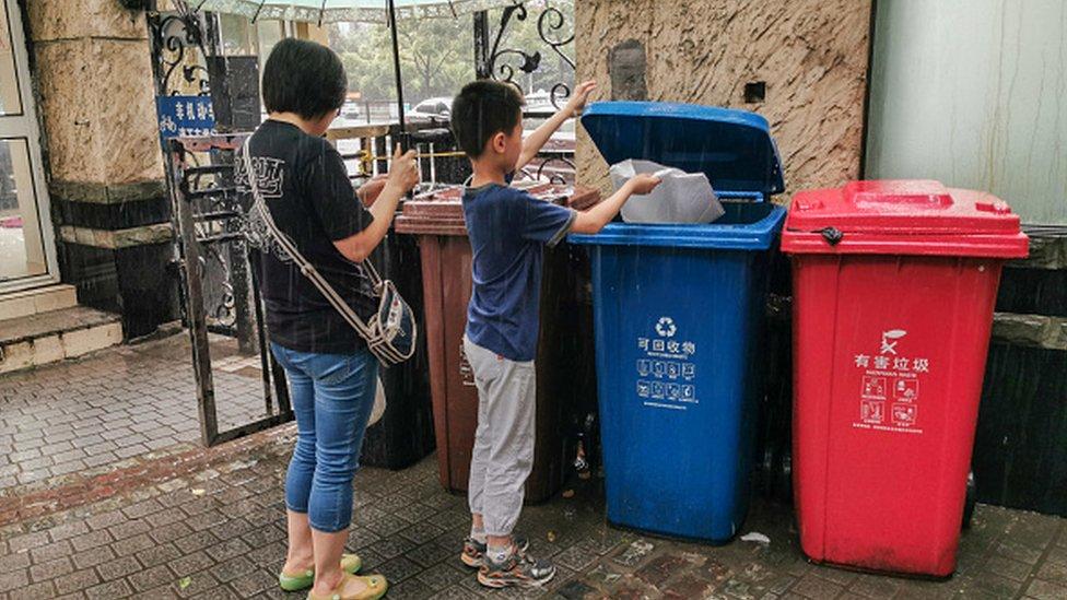 Penduduk Shanghai membuang sampah